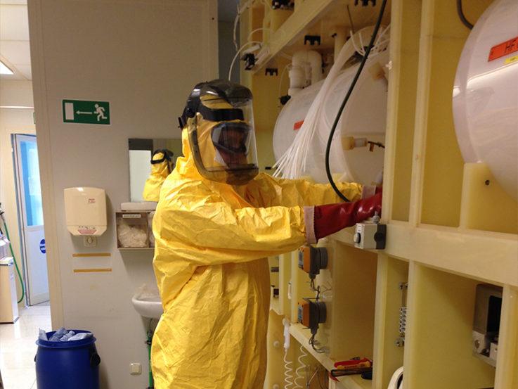 Materialentsorgung: Arbeiten unter Vollschutz und schwerem Atemschutz